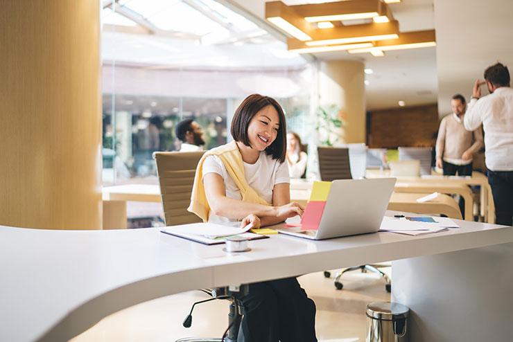 Une femme travaille sur l'ordinateur portable
