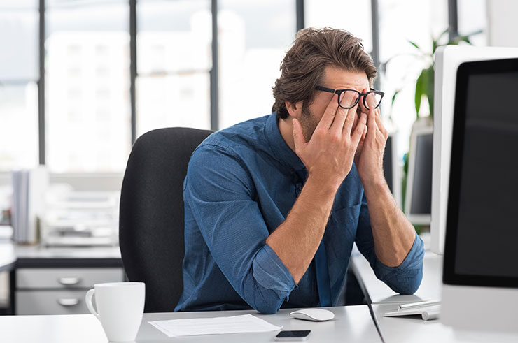 A souligné le jeune homme d'affaires couvrant son visage à son bureau