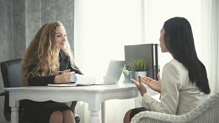 Peser le pour et le contre des agences de placement : femme s'entretenant avec un professionnel des ressources humaines.