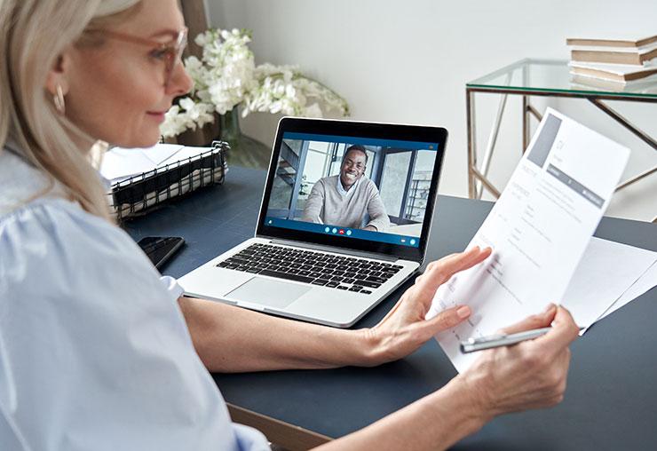 Responsable du recrutement consultant un CV pendant une entrevue en ligne