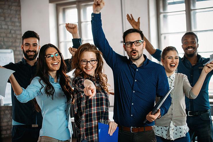 Groupe de personnes applaudissant dans un bureau.