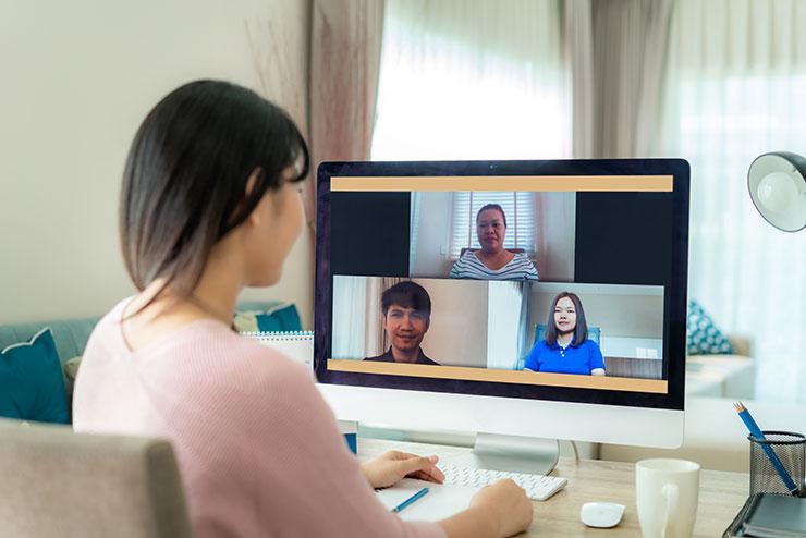 Conseils pour les réunions à distance : Une femme parle à ses collègues par vidéoconférence