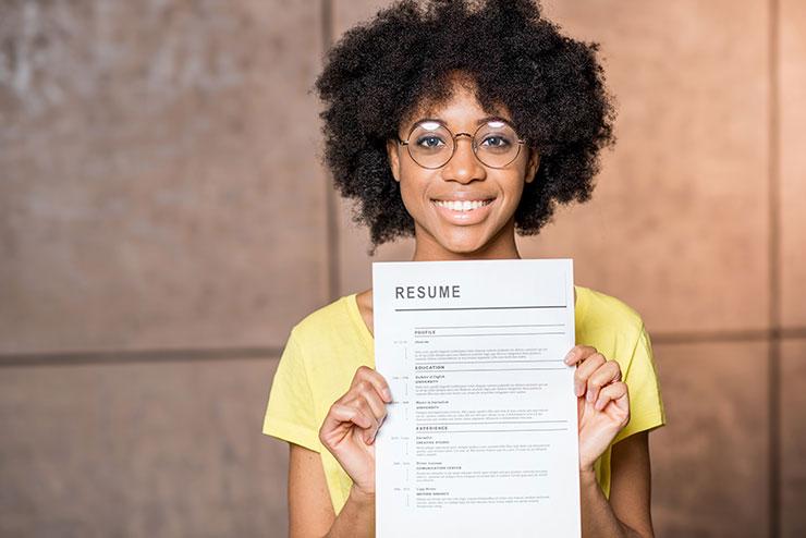 Jeune femme tenant un CV