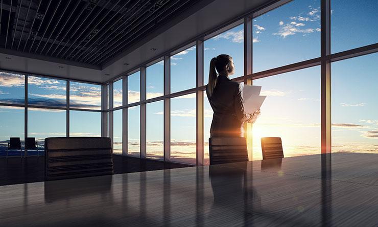 Personne regardant par la fenêtre d'un immeuble : comment démissionner