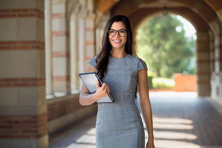 Une femme qui marche dans un couloir d'université.