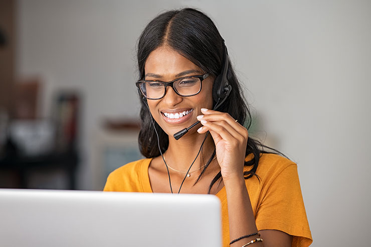 Femme heureuse de fournir un service à la clientèle par téléphone
