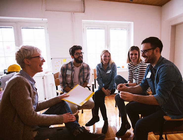 santé mentale au travail: groupe de personnes qui rient au travail