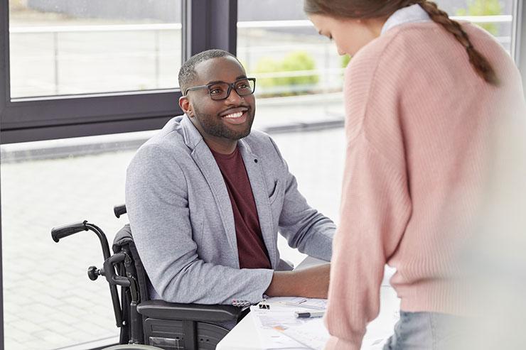 Travailleur en fauteuil roulant au bureau