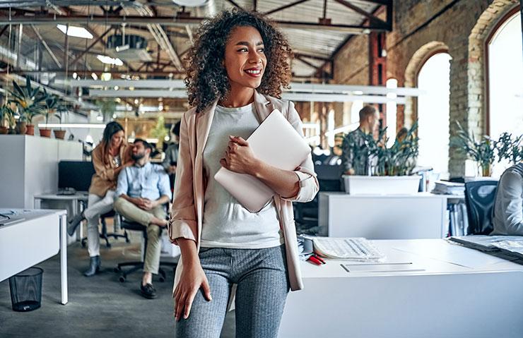 Femme au bureau tenant une tablette