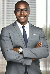 un homme d'affaires professionnel souriant aux bras croisés