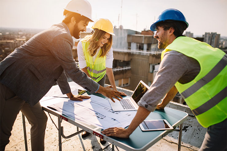 Emploi contractuel ou à temps plein : réunion d'ingénieurs sur le chantier